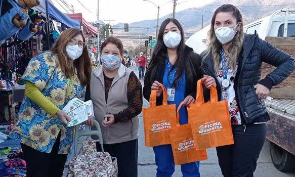 Salud Machalí continúa apoyando la feria libre local con entrega de material educativo