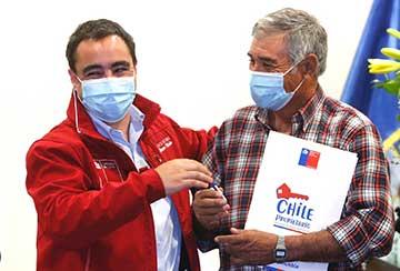 Subsecretario de Bienes Nacionales entrega más de 180 títulos de dominio a familias y adultos mayores de San Vicente y Rengo